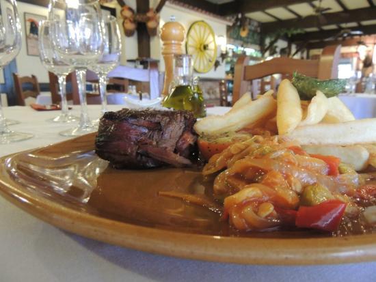 Toro Negro Steakhouse : Plato de carne con guarnición