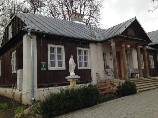 Dworek Ojca Mateusza: The residence