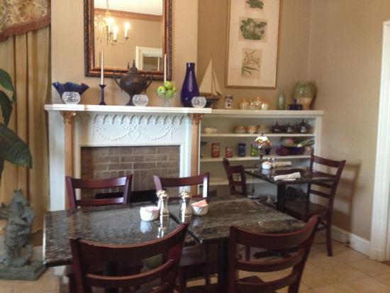 Morrill Mansion Bed & Breakfast: The breakfast room