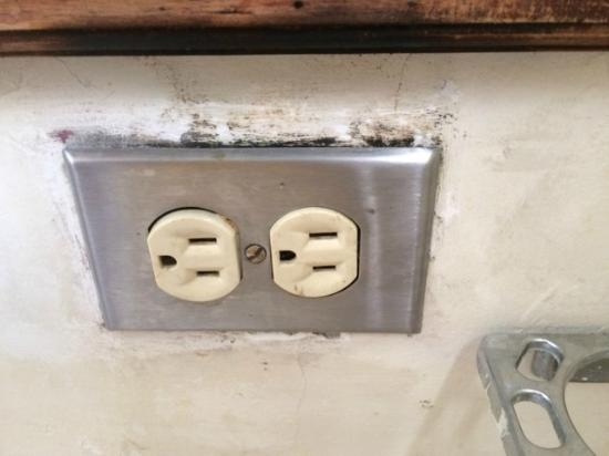 Hotel Inca Real: Moldy outlet near sink