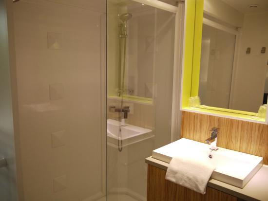 Village Vacances Les Ventoulines : Salle de bain parentale