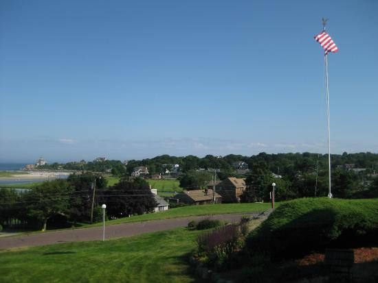 Vista Motel: View of flag and out to the ocean