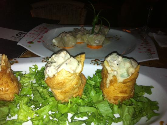 Tao Piura: Canastitas de wantan rellenas de tartare de salmón y palta. Al fondo, siu mai