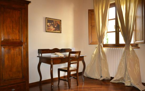 Hotel Villa Campomaggio Resort & Spa : Desk in the Apartment Bedroom