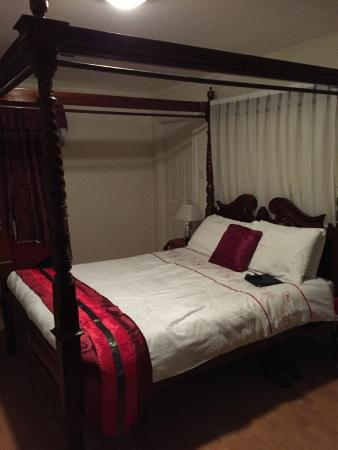 Westbrook House: Big beautiful bed