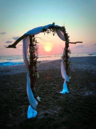 Jardin del Eden : Archway for Wedding Ceremony on the beach