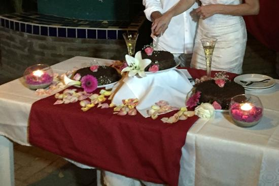 Jardin del Eden : JP made an amazing wedding cake and set a beautiful table for it
