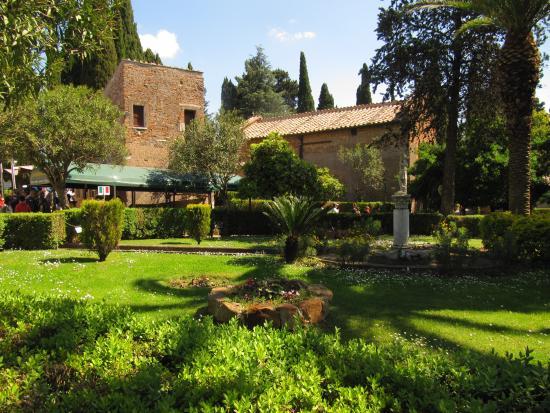 Parco e giardini curati foto di catacombe di san - Giardini curati ...