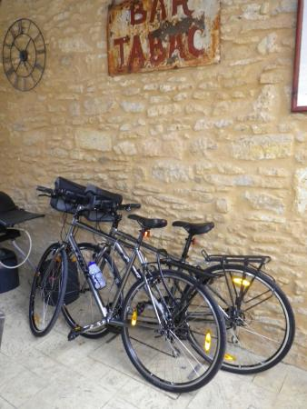 Le Chevrefeuille: Where we kept the bikes in the breakfast/lunch/dinner area