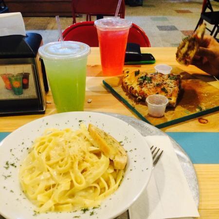 Food Garden: Pasta alfredo & Calzone Betuccinis; esta comida la encuentras en Sucursal Plaza río