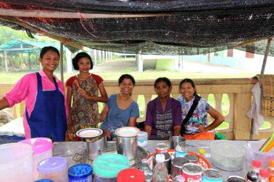 Prasat Hin Mueang Tum: Food vendors outside the park holding the Khmer Temple