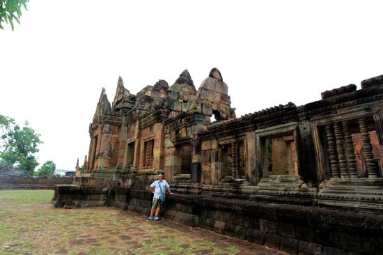 Prasat Hin Mueang Tum: Some of the central building of the Khmer Temple