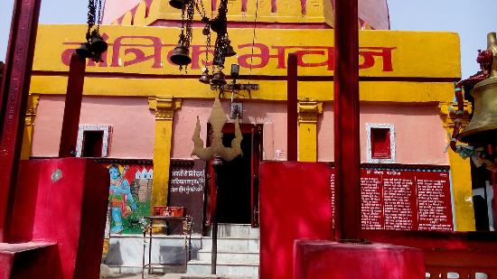 Jabalpur, India: Tantrik baba temple and lake
