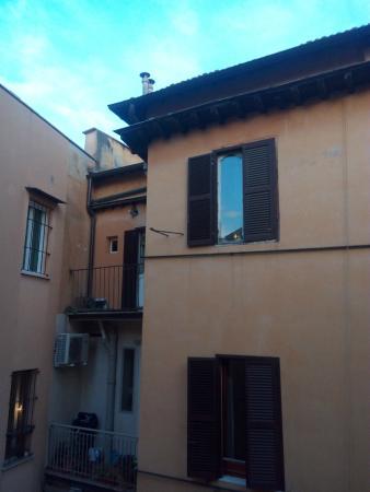 Bavaria Hostel B&B: Vue de la fenêtre de la chambre, une cour très calme...