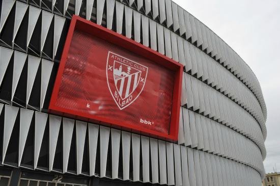 Athletic Club de Bilbao: Escudo del club en la fachada