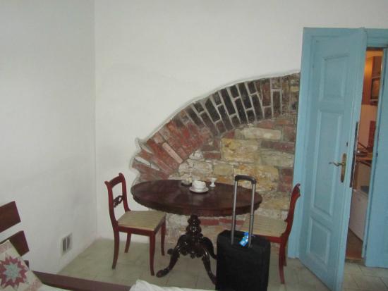 Prague Siesta Apartments: הקיר ממאה 16 בחדר שלנו
