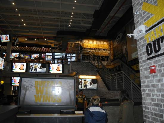 Buffalo Wild Wings Times Square is serving up the ultimate dining experience! With four unique levels of stadium-inspired ambiance and an impressive open air rooftop, groups can enjoy the option of dining indoors or outdoors, in private or semi-private settings/5(64).
