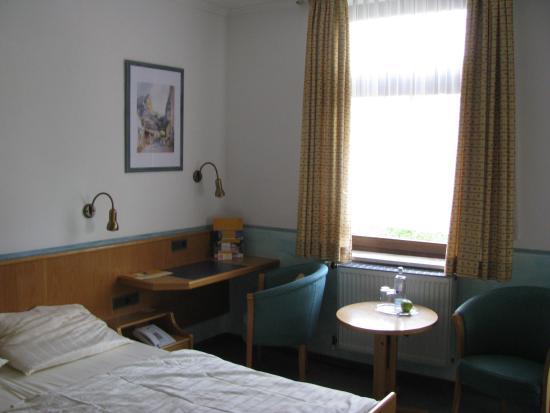 Parkhotel Schillerhain: Zimmer mit Schreibtisch