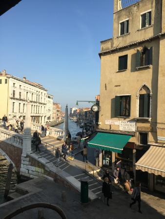 La Palazzina Veneziana: サンタルチア駅から数分歩いて、橋を渡ってすぐ右側の角でした。窓から見える水路。向こうの方にはヴァポレットの停留所も写っています。