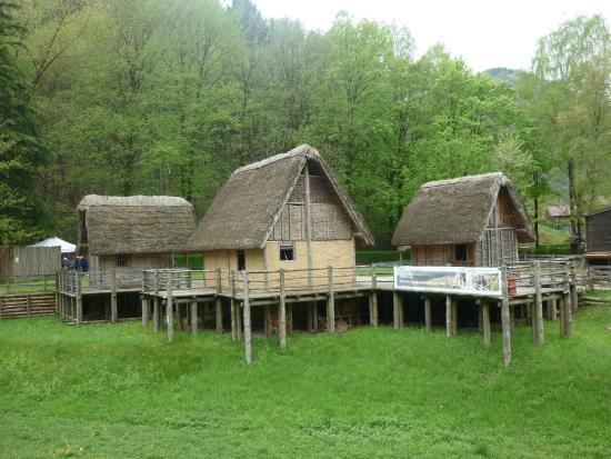 Villaggio foto di museo delle palafitte del lago di for Piccoli progetti di palafitte