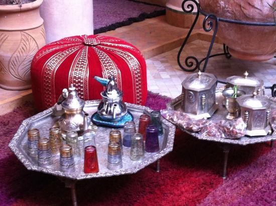 Riad Basim: Innenhof Riad, Teeservice