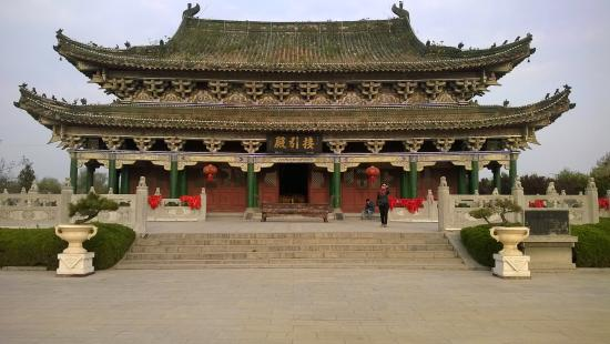 Kaifeng Iron Tower Park : An ancient temple at the park