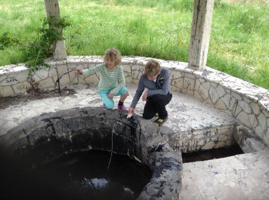 Limni Keri, Yunanistan: de bron waar je met een takje de pek uitkunt halen