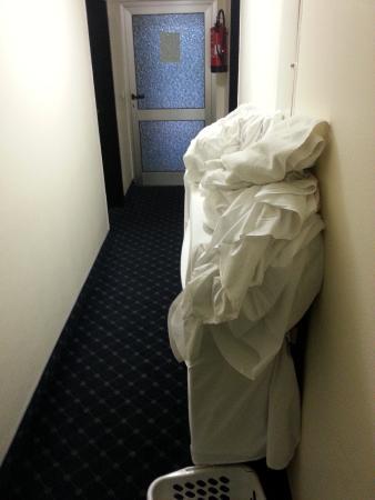 Hotel Aida: Letti e lenzuola nel corridoio @7:00