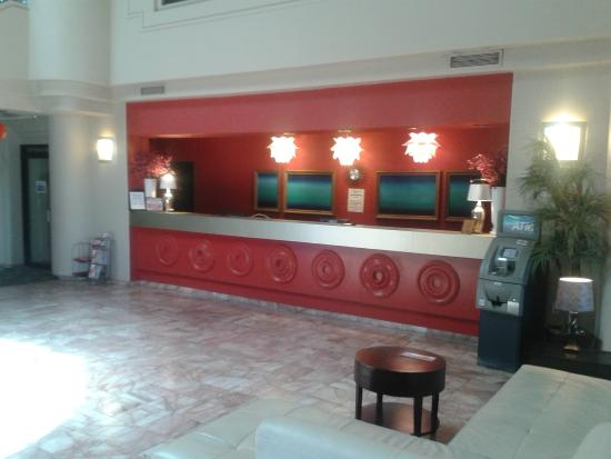 Fortune Hotel & Suites: Front Desk