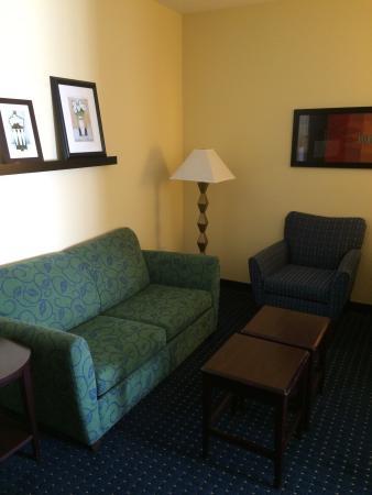 SpringHill Suites El Paso: Sitting area in Queen Suite