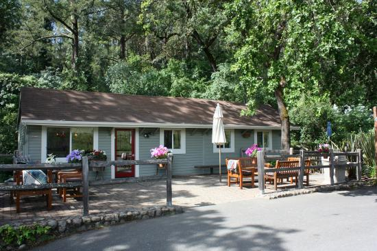 Von Strasser Winery: The tassting room and patio