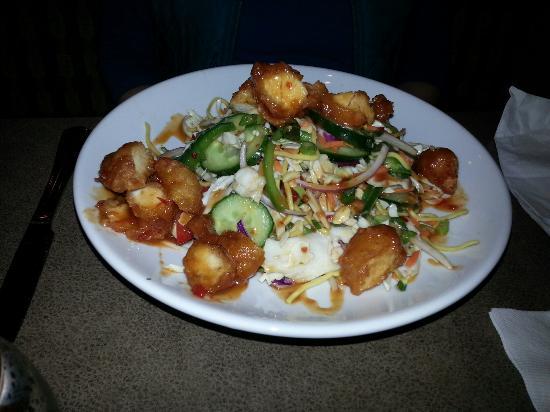 Twig's Bistro and Martini Bar : Fish tacos, Thai chicken salad-half