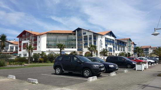 Residence Mer & Golf Sokoburu : La résidence depuis le port