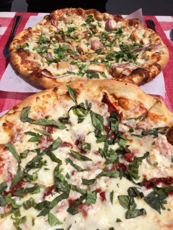 Johnnie's New York Pizzeria: Pizzas poulet bbq et tomates séchées chèvre