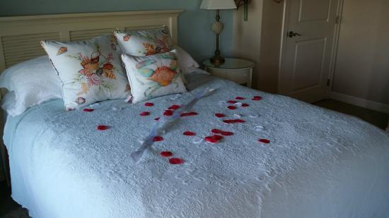 The Lightkeeper's Inn Bed & Breakfast: Queen size bed, comfortable