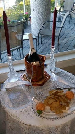 The Lightkeeper's Inn Bed & Breakfast: Sparkling wine