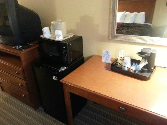 Days Inn Windsor Locks - Bradley International Airport: TV, microwave, refrigerator and coffeemaker