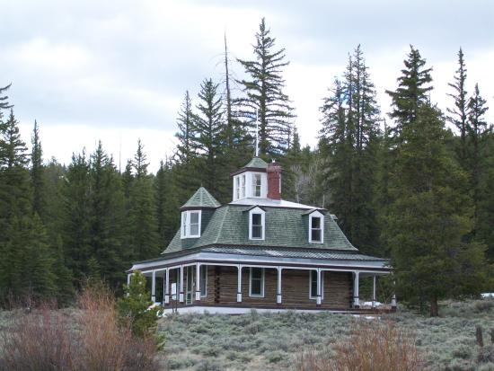 Twin Lakes: House at the end of the trail (1 of several buildings)