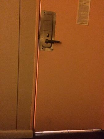 Days Inn Seaside Heights/Toms River: The door won't shut completely