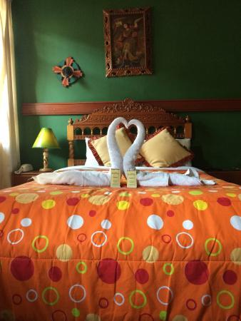 Qosqo Hostal: Nosso quarto todo arrumadinho de forma romântica