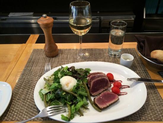Bravo Restaurant : il piatto di tuna, insalata e uovo in camicia