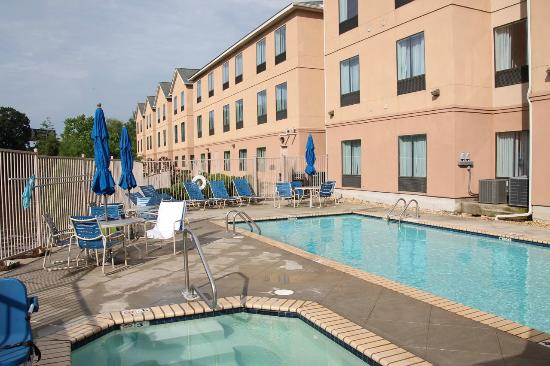 Fairfield Inn & Suites Lafayette South: Pool and hotel in the late afternoon sunshine