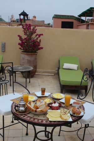 ริยาด ลอร์สยา: Un petit déjeuner à tomber, servi sur la terrasse du toit.