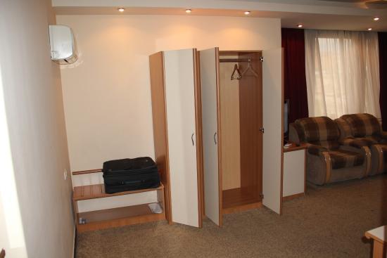 Hrazdan Hotel: вместительные шкафы