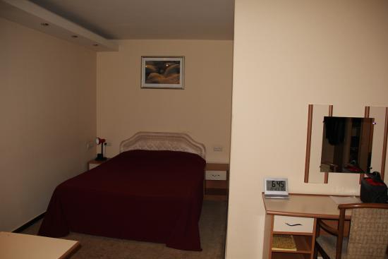 Hrazdan Hotel: спальное место - хорошая звукоизоляция в нише