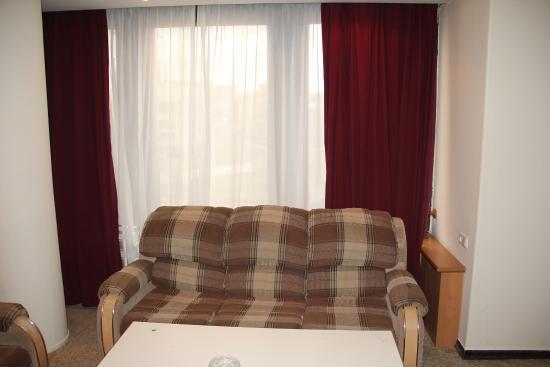 Hrazdan Hotel : просторный диван в номере