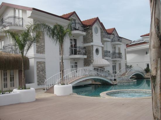 The Pine Hill Hotel & Suites: The new pool and apartments just opened