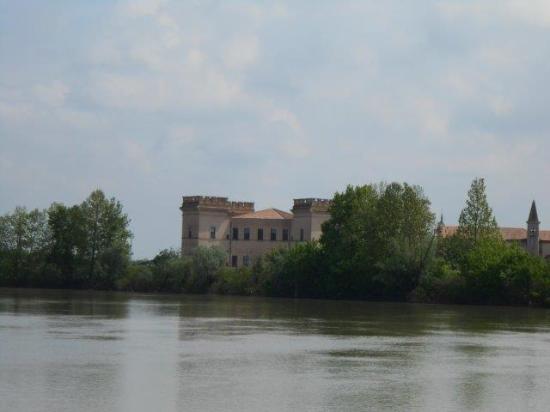 Castello Estense di Mesola: castello visto dal fiume po