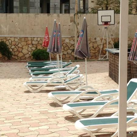 Galil Hotel: Walls around pool area need repair