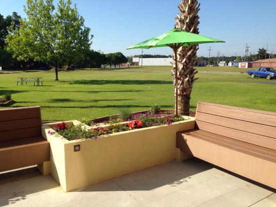 Hampton Inn Laurinburg: Part of the outdoors patio area